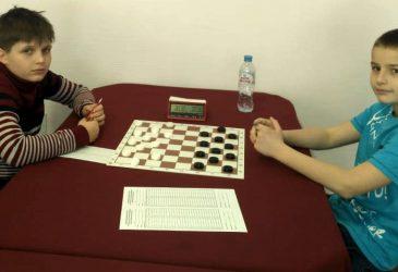 Михаил Абрамов из Брянска и Илья Мглинец из Жуковки выиграли первенство ЦФО по русским шашкам.
